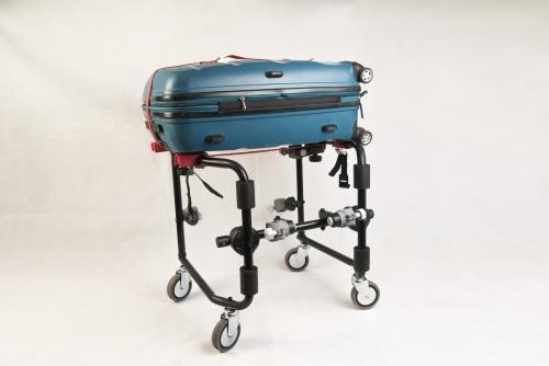 El carrito Portamaletas MOVICLINIC es un dispositivo que permite transformar a la silla de ruedas en un equipo Portamaletas para viajes